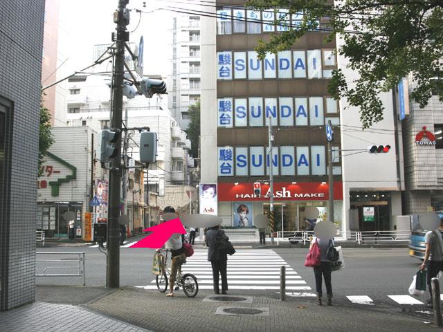 横浜駅西口鶴屋町の当店そば交差点付近